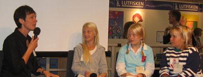 Kerstin Lundberg Hahn intervjuas av barn från Borås stadsbiblioteks bokklubb