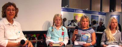 Maud Mangold intervjuas av barn från Borås stadsbiblioteks bokklubb